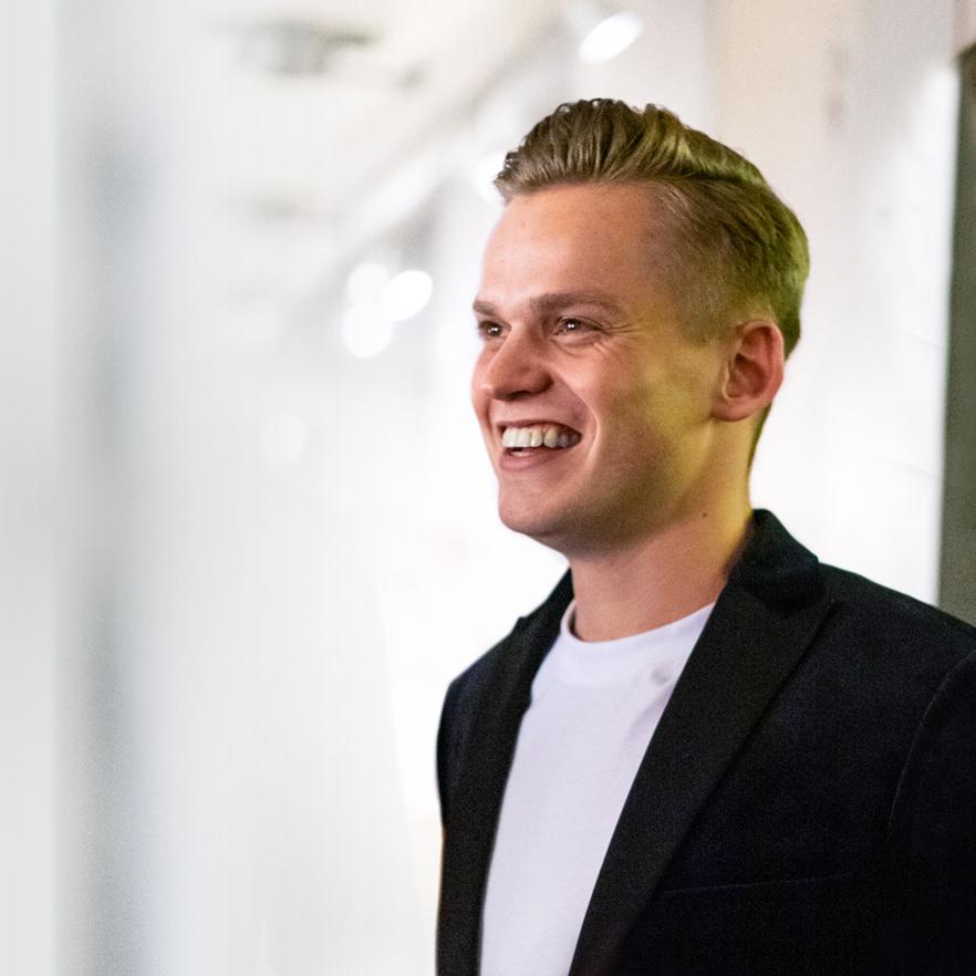 Lächelnder, junger Mann im Anzug – Fabian Beckmann