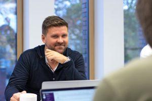 Geschäftsführer David Niedzielski in einem Meeting mit seinen Kollegen