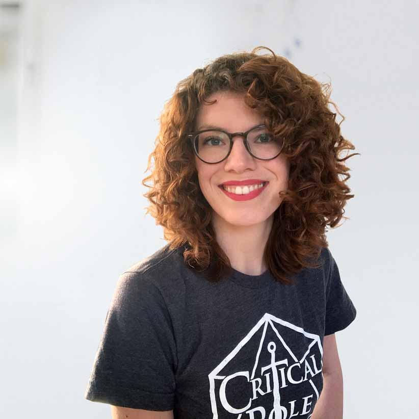 Lächelnde, junge Frau im T-Shirt und mit Brille - Mareke Prahm