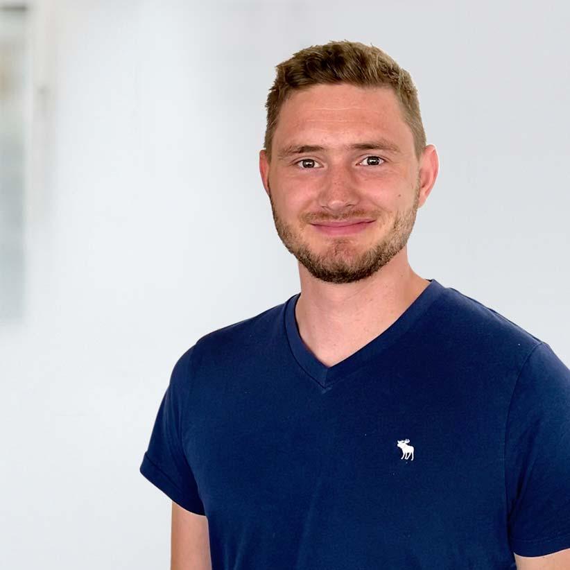 lächelnder junger Mann im T-Shirt – Mario Richter