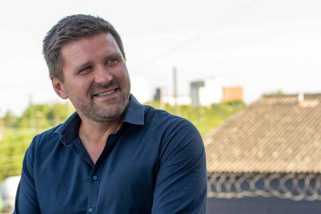 David Niedzielski lächelnd auf der Dachterasse