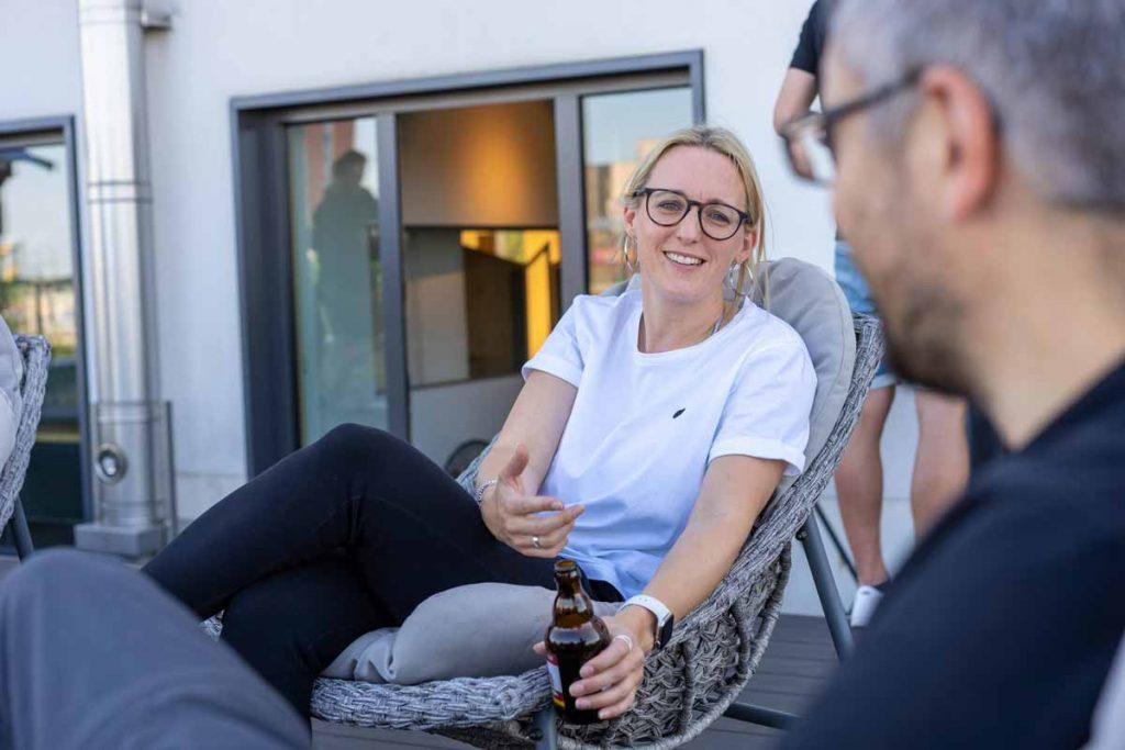 Katrin Wüller im animierten, freundlichem Gespräch mit Kollegen