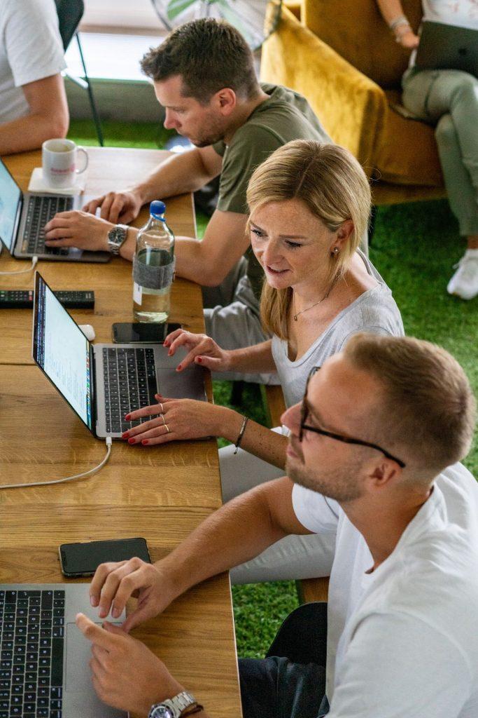 Svenja Krämer unterhält sich in einem Meeting mit Patrick Lukas