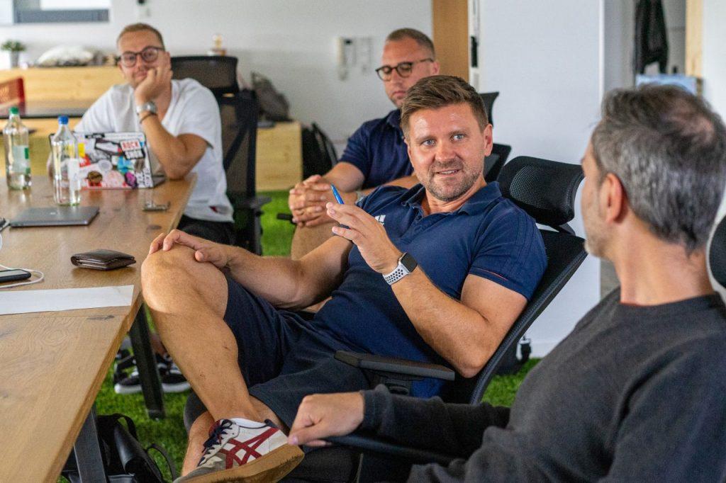 David Niedzielski erklärt einem Kollegen während eines Meetings einen Sachverhalt