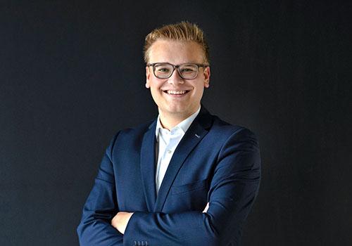 Leonard Heider in Business Kleidung