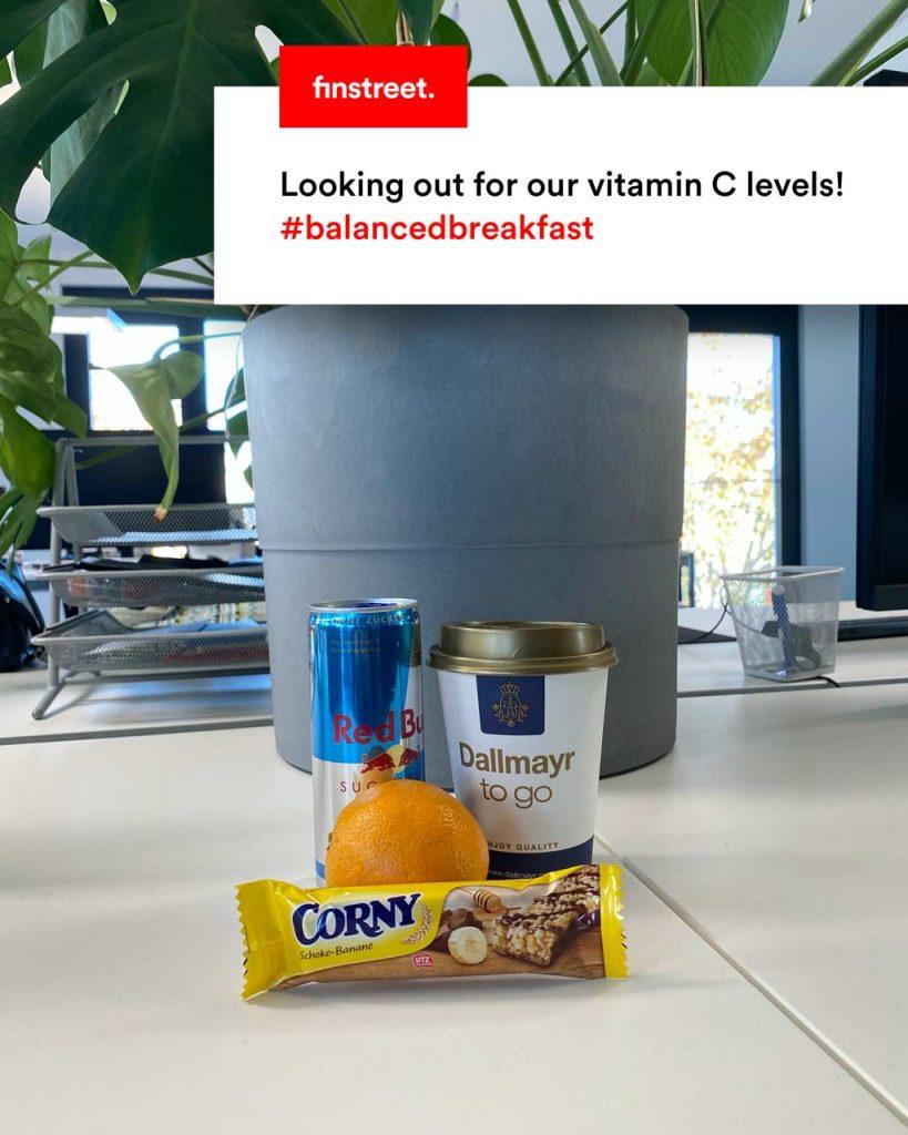 Frühstückspaket mit Müsliriegel, Mandarine, Kaffee und Red Bull