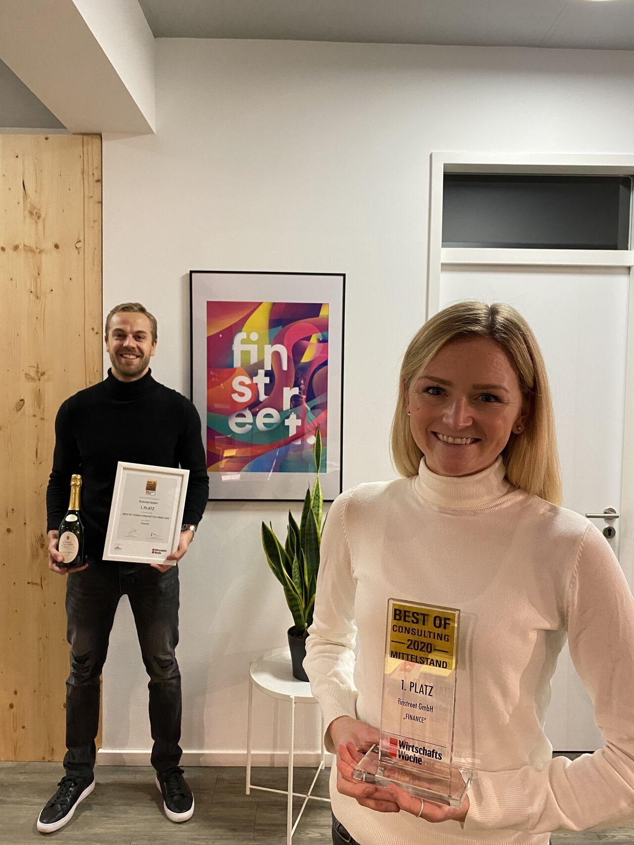 Patrick Lukas und Svenja Krämer mit dem Best of Consulting Award der Wirtschaftswoche