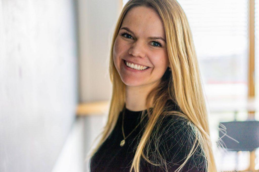 Portrait von lächelnder Janin